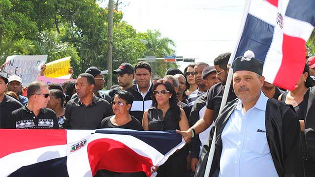 Juristas y dirigentes políticos marcharon el domingo en la tarde por las principales calles de Higüey.